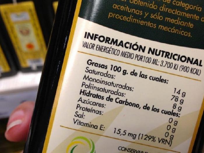 ¿Qué hay en la tabla nutricional impresa en las etiquetas de alimentos?